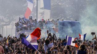 Le bus de l'équipe de France, le 16 juillet 2018 sur les Champs-Elysées, à Paris. (ROLLINGER-ANA / ONLY FRANCE / AFP)