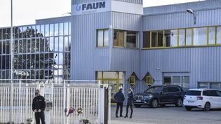 Des fleurs déposées devant l'entreprise Faun deGuilherand-Granges (Ardèche), le 29 janvier 2021, où une salariée a été tuée. (PHILIPPE DESMAZES / AFP)