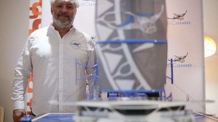 Yvan Bourgnon lors de la présentationà Paris du nouveau modèle de son bateau, le Manta, le 26 janvier 2021. (YOAN VALAT / MAXPPP)