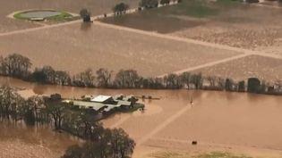 Aux États-Unis, des inondations impressionnantes frappent le nord de la Californie, connue pour son vignoble. Des milliers d'habitants ont reçu l'ordre de quitter leur maison. (FRANCE 2)