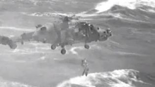 Capture d'écran de la vidéo où des gardes-côtes américains secourent une femme et ses deux enfants au large d'une île de Porto Rico après le passage de l'ouragan Maria, le 21 septembre 2017. (US COAST GUARDS)