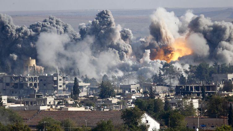 Une frappe aérienne contre une position de l'Etat islamique à Kobani (Syrie), le 18 octobre 2014. (KAI PFAFFENBACH / REUTERS)