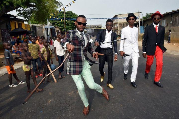 Des représentants du mouvement de la SAPE, Société des ambianceurs et personnes élégantes, le 24 avril 2017 lors de l'hommage rendu à Papa Wemba avant la cérémonie d'ouverture du Femua, à Abidjan.  (Sia KAMBOU / AFP)