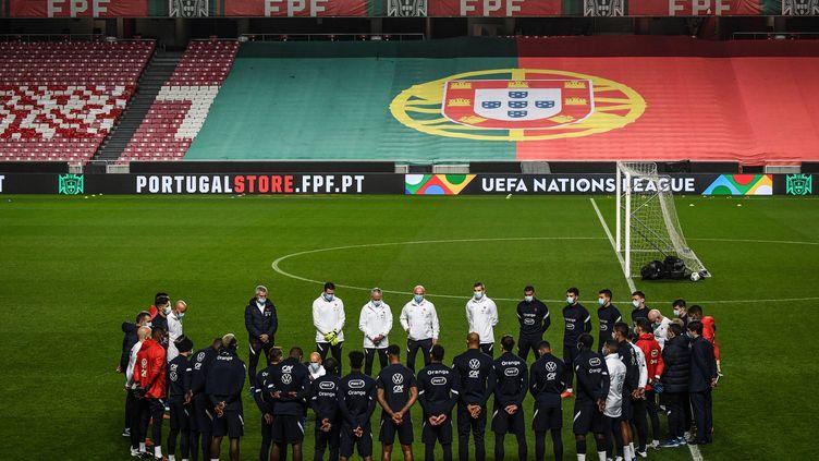 L'équipe de France observe une minute de silence à l'entraînement à Lisbonne (Portugal), le 13 novembre 2020. (PATRICIA DE MELO MOREIRA / AFP)