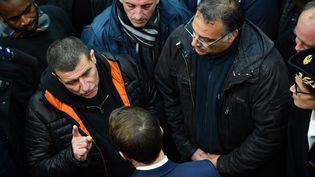 Patrice Sinoquet face à Emmanuel Macron dans l'ancienne usine Whirlpoolvendredi 22 novembre, à Amiens. (CHRISTOPHE ARCHAMBAULT / AFP)