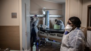 Nurses clean a room at Saint-Louis hospital of the AP-HP (Assistance Publique - Hopitaux de Paris) in Paris, on May 28, 2020 as France eases lockdown measures taken to curb the spread of the COVID-19 (the novel coronavirus). (Photo by Martin BUREAU / AFP) (MARTIN BUREAU / AFP)