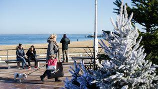 Des vacanciers profitent du beau temps à Arcachon (Gironde), le 21 décembre 2015. (MAXPPP)