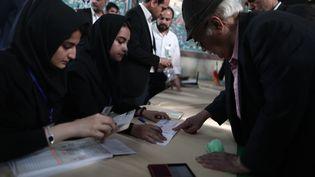 Des Iraniens votent à l'élection présidentielle, le 19 mai 2017, à Téhéran, la capitale du pays. (BEHROUZ MEHRI / AFP)