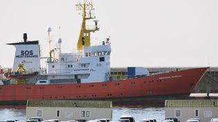 """Le navire """"Aquarius"""" de SOS Méditerranée et Médecins sans frontières, au port de Marseille, le 7 décembre 2018. (BORIS HORVAT / AFP)"""