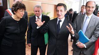 Alors président de la République, Nicolas Sarkozy s'entretient avec des employés de la Direction Départementale de la Cohésion Sociale (DDCS) de Laon, aux côtés de sonministre du Budget,Eric Woerth, le 02 mars 2010. (FRANCOIS NASCIMBENI /AFP)