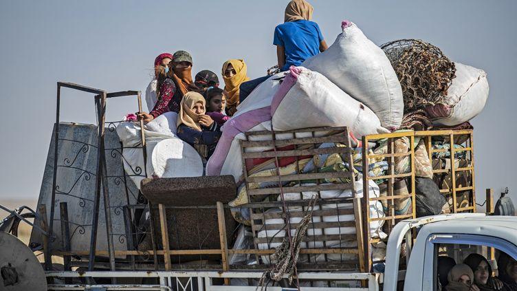 La population fuit les combats entre Turcs et Kurdes dans le nord-est de la Syrie, le 10 octobre 2019. (DELIL SOULEIMAN / AFP)