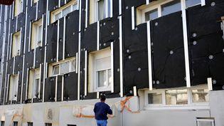 Les travaux d'isolation seront taxés à 5% au lieu des 10% prévus en 2014, a annoncé François Hollande le 20 septembre 2013. (ALAIN LE BOT / AFP)