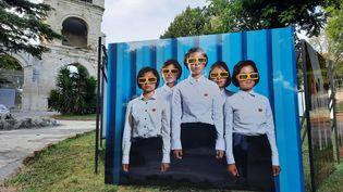 Les portraits de nord-coréens de Stephan Gladieu sont présentés au jardin d'été à Arles aux Rencontres de la photographie. (ANNE CHEPEAU / RADIO FRANCE)