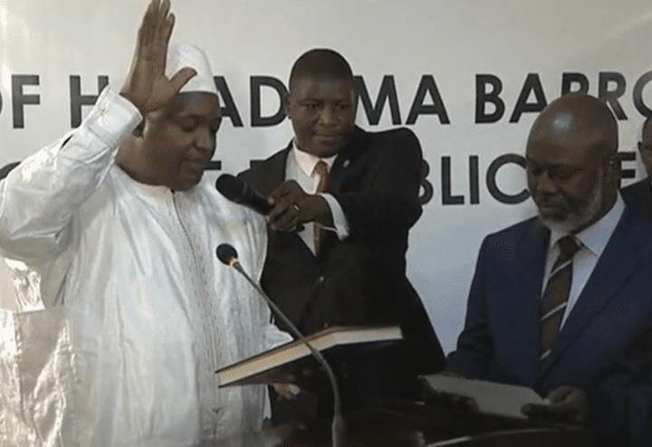 Adama Barrow prête serment comme nouveau président de la Gambie, jeudi 19 janvier 2017, à Dakar (Sénégal). (RTS)