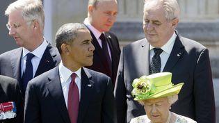 Le président russe, Vladimir Poutine (au fond), arrive pour la photo de groupe du déjeuner des chefs d'Etat et de gouvernement,derrière le président américain, Barack Obama,à Bénouville (Calvados), le 6 juin 2014. (SAUL LOEB / AFP)