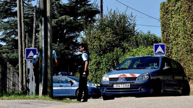 Des gendarmes stationnent devant la maison du suspect mis en examen dans l'enquête sur la disparition deMaëlys, à Domessin (Savoie), le 5 septembre 2017. (JEFF PACHOUD / AFP)