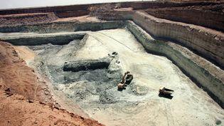 """Camions chargés de roches contenant de l'uranium. Photo prise dans la mine d'Arlit d'Orano (ex-Areva) dans le nord du Niger le 25 février 2005. L'uranium extrait de la roche et transformé en """"yellow cake"""" alimentera les réacteurs des centrales nucléaires. (PIERRE VERDY / AFP)"""