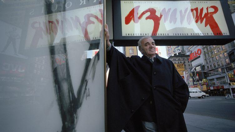 Charles Aznavour à Broadway, à New York, en novembre 1998. (DAVID LEFRANC / SYGMA VIA GETTY IMAGES)
