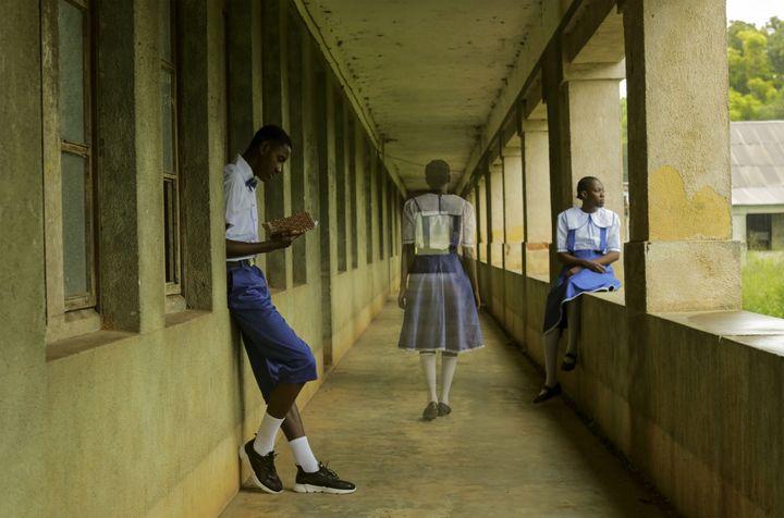 """Gosette Lubondo, de la série """"Imaginary Trip II"""", une mise en scène dans l'ancienne école du village de Gombe Matadi, au sud-ouest de la République démocratique du Congo. (© Gosette Lubondo © musée du quai Branly - Jacques Chirac)"""