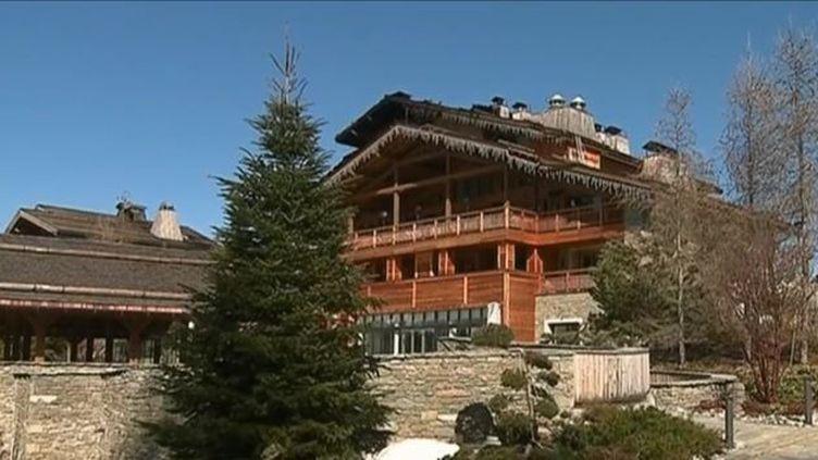 À Megève (Haute-Savoie), un incendie dans un hôtel de luxe s'est déclaré. Heureusement, aucune victime n'est à déplorer. (FRANCE 3)