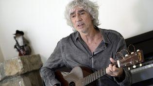 Louis Bertignac joue de la guitare dans sa maison deFontainebleau (Seine-et-Marne) en 2014. (STEPHANE DE SAKUTIN / AFP)
