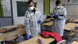 Les pompiers collectent des échantillons de tests dans la classe d'une école primaire à Marseille (Bouches-du-Rhône), le 2 octobre 2020. (NICOLAS TUCAT / AFP)