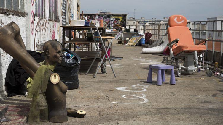 La terrasse de la Cité de la Jarry à Vincennes, le plus grand squat artistique d'Île-de-France.  (JOEL SAGET / AFP)