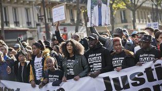 """Manifestation en novembre 2016 pour """"réclamer la mise en examen des gendarmes et une instruction plus transparente"""" dans l'affaire Adama Traoré. (THOMAS PADILLA / MAXPPP)"""