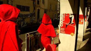 Sous le soleil écrasant d'Avignon, les compagnies ont trois semaines pour convaincre le public et les programmateurs  (France 3 / Culturebox)