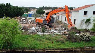 Un bulldozer détruit une maison ravagée par la tempête Xynthia,le 31 mars 2011à La Faute-sur-Mer (Vendée). (FRANK PERRY / AFP)