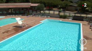 Une piscine vide d'un camping en pleine saison touristique (France 2)