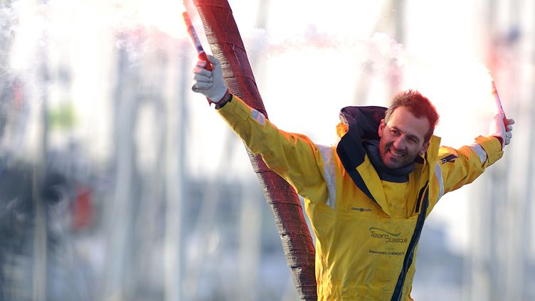 Alessandro di Benedetto, dernier du Vendée Globe, accueilli en héros aux Sables-d'Olonne, le 22 février 2013. (JEAN-SEBASTIEN EVRARD / AFP)