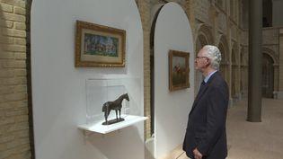 Louis Romanet devant l'une des oeuvres issues de sa donation et actuellement exposées aux Franciscaines de Deauville. (France 3 Normandie / A. Rombhot)