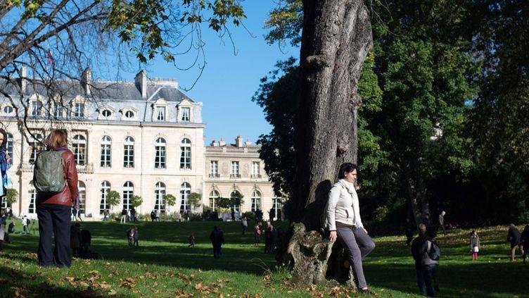 Visiteurs dans les jardins de l'Elysée en octobre 2012  (Bertrand Langlois / AFP)
