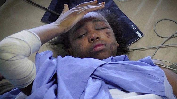 Bahia Bakari avait 12 ans lorsque l'avion de la compagnie Yemenia, à bord duquel elle se trouvait avec sa mère, s'est écrasé en mer. Aujourd'hui étudiante, elle raconte cette nuit d'horreur, sa lutte pour rester en vie dans une mer déchaînée. (France 3)