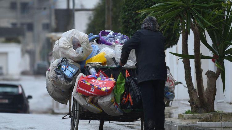Un barbecha, chiffonnier tunisien, dans les rues de Tunis, le 6 janvier 2019. (FETHI BELAID / AFP)