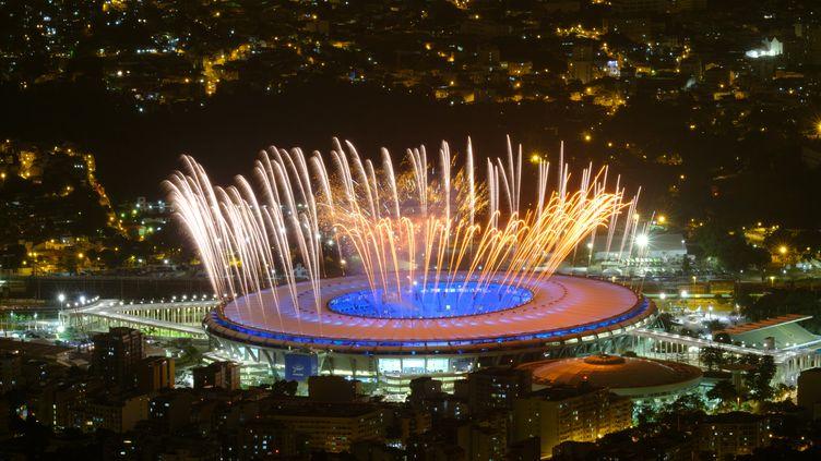 Des feux d'artifice illuminent le stade de Maracana à Rio de Janeiro au Brésil, le 3 août 2016. (YASUYOSHI CHIBA / AFP)