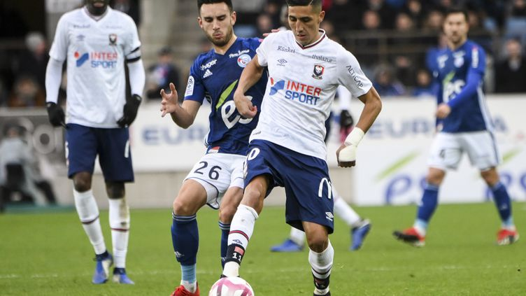 Faycal Fajr et Adrien Thomasson en duel (SEBASTIEN BOZON / AFP)