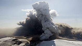 Le volcan Eyjafjöll en éruption, le 17 avril 2010 (AFP-HALLDOR KOLBEINS)
