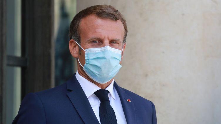 Emmanuel Macron sur le perron de l'Elysée, à Paris, le 26 août 2020. (LUDOVIC MARIN / AFP)