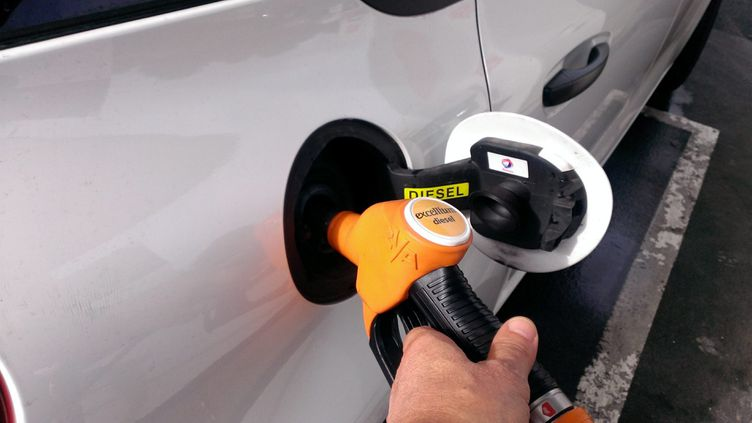 Une pompe à essence (photo d'illustration) (JULIO PELAEZ / MAXPPP)