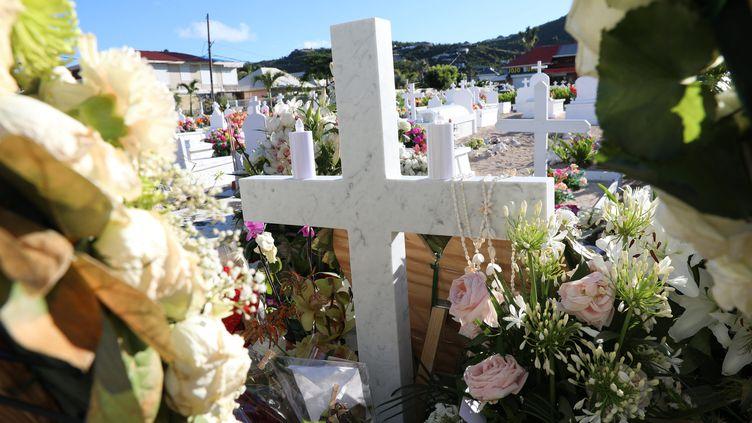 La tombe de Johnny Hallydayau cimetière de Lorient, sur l'île de Saint-Barthélémy. (OLIVIER LEJEUNE / MAXPPP)