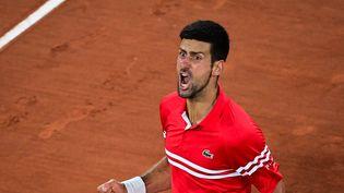 Novak Djokovic exulte après sa victoire en quarts de finale de Roland-Garros contre Matteo Berrettini, mercredi 9 juin. (MARTIN BUREAU / AFP)