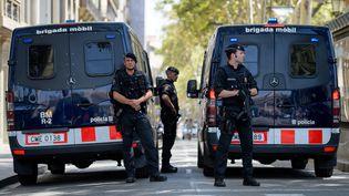Des policiers près de La Rambla, à Barcelone, le 18 août 2017. (MATTHIAS BALK / DPA / AFP)