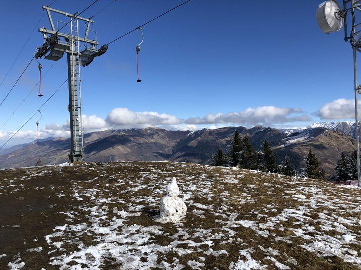 Un bonhomme de neige au pied des pistes, le 18 février 2020 à Superbagnères (Haute-Garonne). (THOMAS BAIETTO / FRANCEINFO)