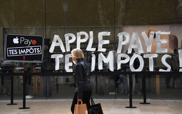 Un magasin Apple taggué par des militants de l'association Attac, le 3 novembre 2017 à Aix-en-Provence (Bouches-du-Rhône). (ANNE-CHRISTINE POUJOULAT / AFP)