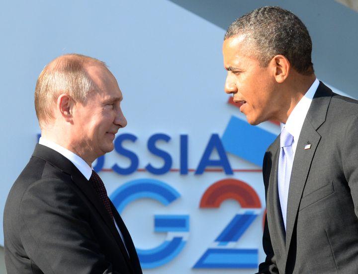 Le président russeVladimir Poutine (à gauche) et le président américain Barack Obama, à Saint-Pétersbourg (Russie), le 5 septembre 2013. (YURI KADOBNOV / AFP)