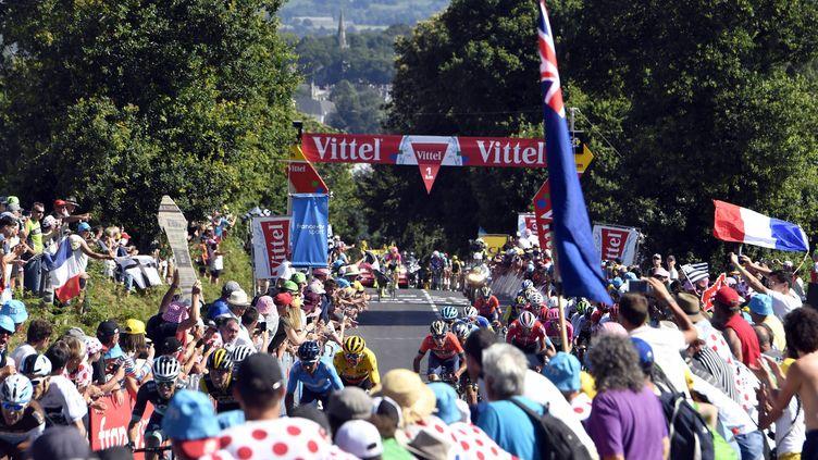 Le peloton fend dans la foule dans le Mûr-de-Bretagne lors du Tour de France 2018. (STEPHANE GEUFROI / MAXPPP)