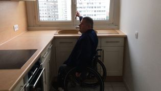 Franck Maille, référent accessibilité au sein de l'association APF France handicap, visite un appartement à Paris en juin 2018. (CLEMENT PARROT / FRANCEINFO)
