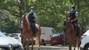 Port du masque : les gendarmes patrouillent à cheval dans les Landes. (FRANCE 3)